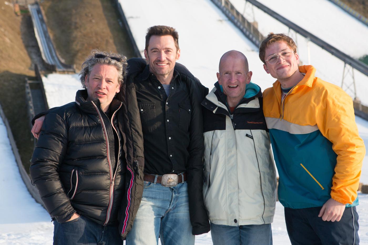 (c) 20th Century Fox. Von links nach rechts: Regisseur Dexter Fletcher, Hugh Jackman, der echte Michael Edwards und Taron Egerton.